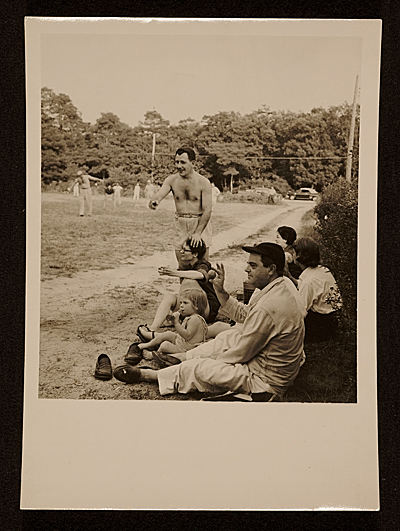 Franz Kline (standing center), Ludwig Sander and friends at the 1954 softball game. Photo: Archives of American Art.